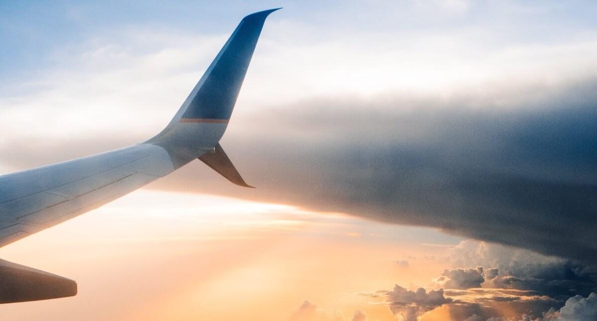 Ala de avión sobrevolando el cielo al atardecer